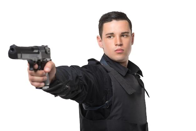 Policial mira com uma arma, vista frontal