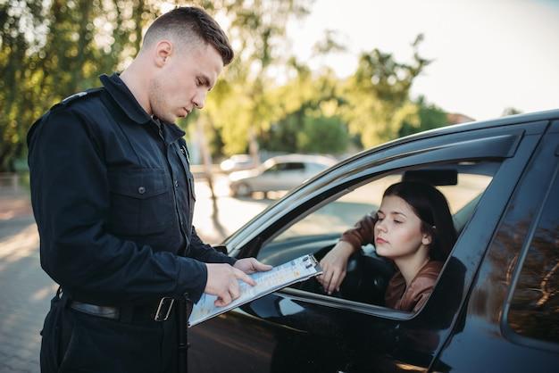 Policial uniformizado escreve bem para motorista