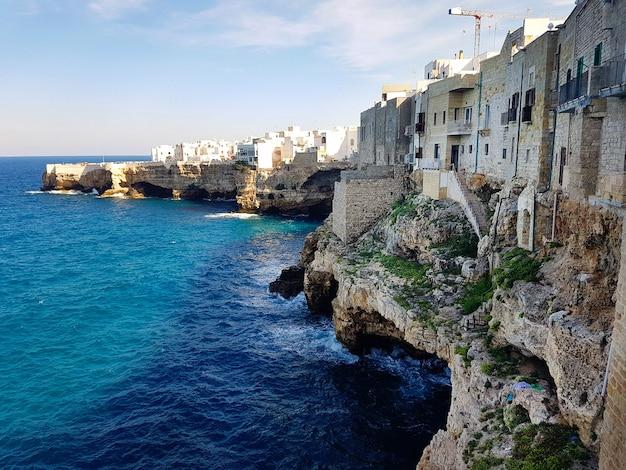Polignano a mare vista da praia mar adriático na apúlia itália