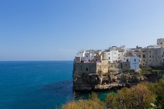 Polignano uma vista de égua, apúlia, itália. panorama italiano. penhascos do mar adriático