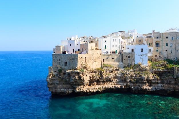 Polignano uma vista de mar, apúlia, itália. panorama italiano. penhascos do mar adriático