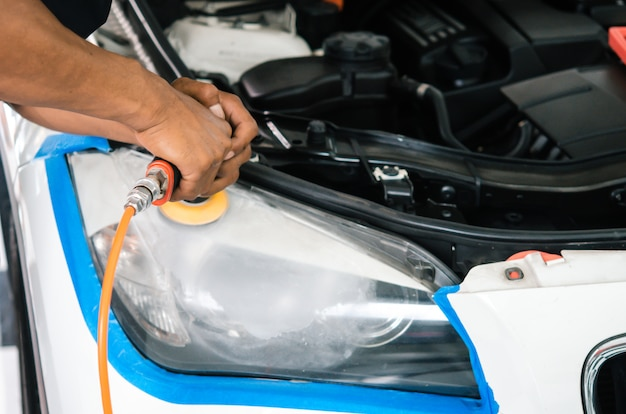 Polimento do farol do carro