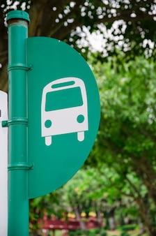 Pólo de ônibus em fundo verde árvore