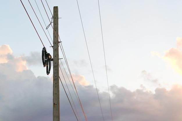 Pólo elétrico conectar-se aos fios elétricos de alta tensão.