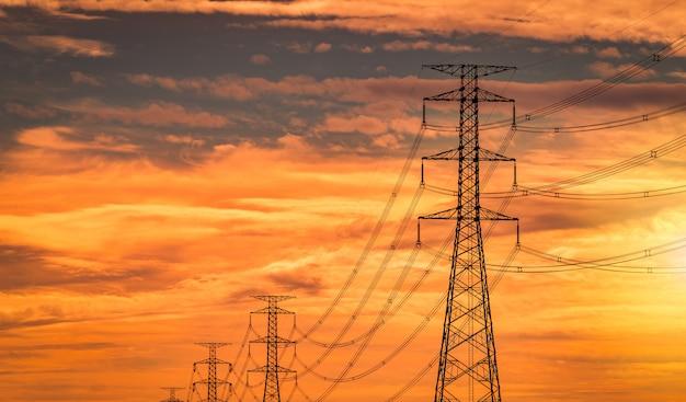 Pólo elétrico de alta tensão e linha de transmissão à noite