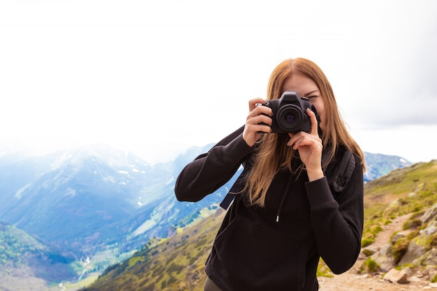 Polonês, tatras, colinas verdes, em, verão jovem, mulher, com, mochila, levando, quadros, de, paisagem colorida