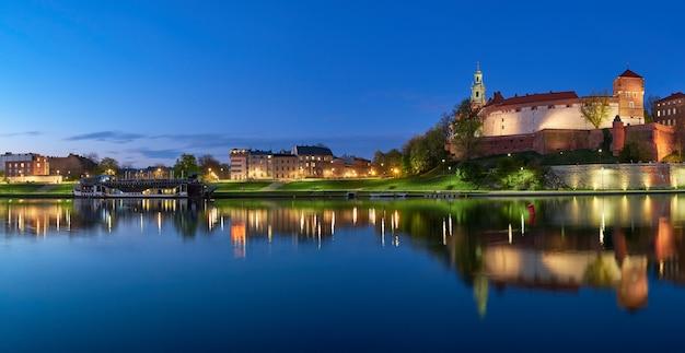 Polônia, cracóvia, colina wawel à noite, vista panorâmica