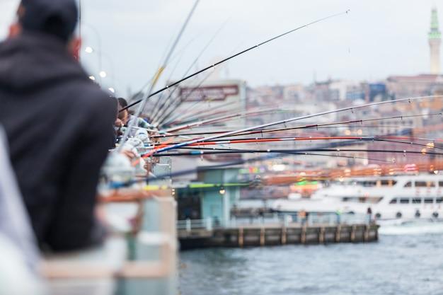 Pólos de pesca na ponte de gálata em istambul