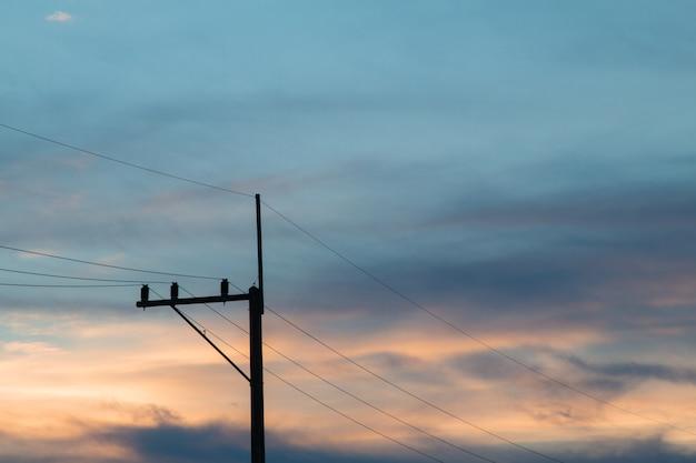 Pólos elétricos belo pôr do sol ardente, o céu da noite