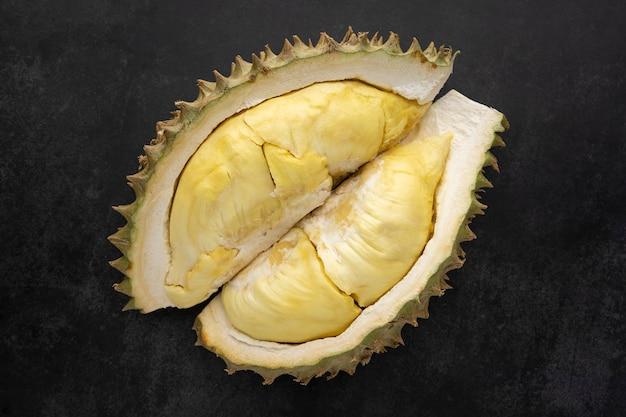 Polpa amarela de durian com um mês de comprimento em fundo de textura escura, rei das frutas