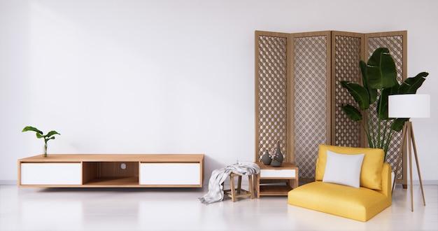 Poltrona amarela e divisória japonesa com design de madeira no piso branco da sala