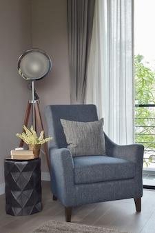 Poltrona azul claro com travesseiro cinza