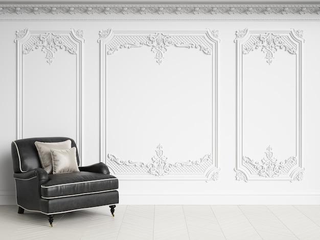 Poltrona clássica no interior clássico, com espaço de cópia. gama preto e branco