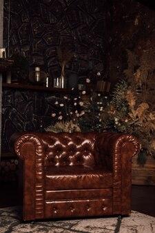 Poltrona de couro marrom em um amplo escritório