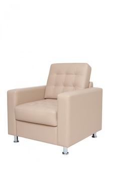 Poltrona de escritório confortável de couro bege isolada no branco