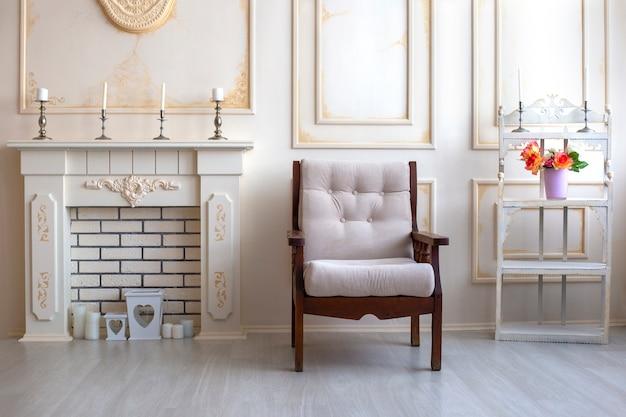 Poltrona de madeira bege ao lado da lareira móveis vintage interior aconchegante