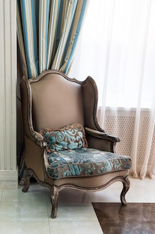 Poltrona marrom luxuosa na sala de estar