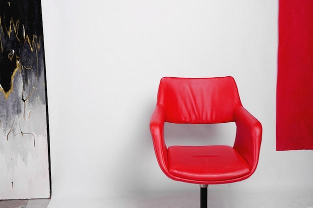 Poltrona moderna vermelha em um fundo branco no estúdio