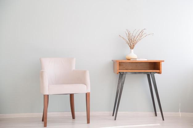 Poltrona retrô e mesa pequena. interior escandinavo