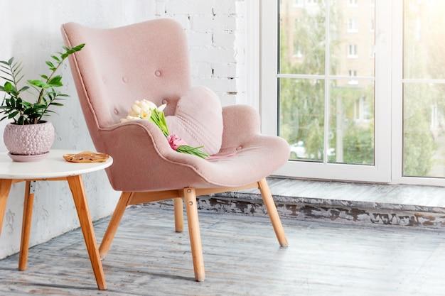 Poltrona rosa elegante com almofada em forma de coração em um interior minimalista brilhante