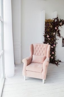 Poltrona rosa na sala de estar.
