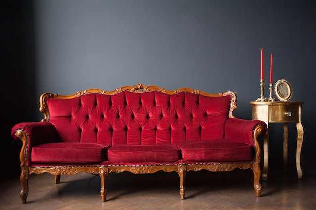 Poltrona vintage e sofá no interior