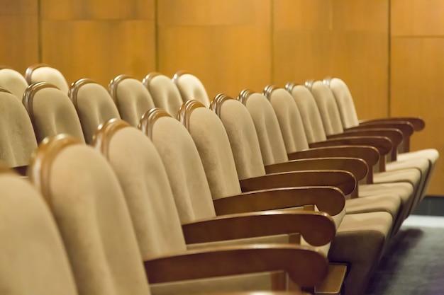 Poltronas de assentos vintage marrom no teatro