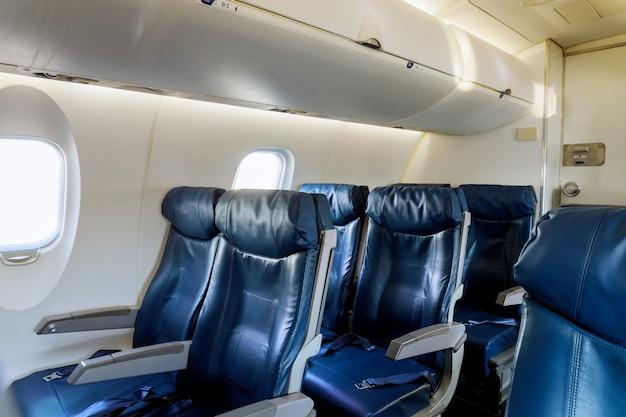 Poltronas em cadeiras embutidas cabine de aeronaves classe econômica