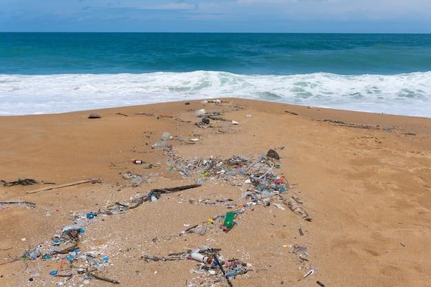 Poluição ambiental de resíduos plásticos em mai khao beach, phuket, tailândia.