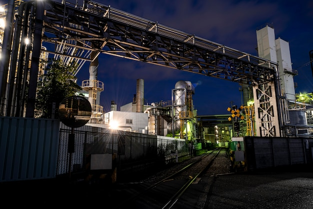 Poluição ambiental e exterior da fábrica à noite