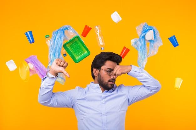Poluição ambiental, problema de reciclagem de plástico e conceito de destinação de resíduos - indigno chateado