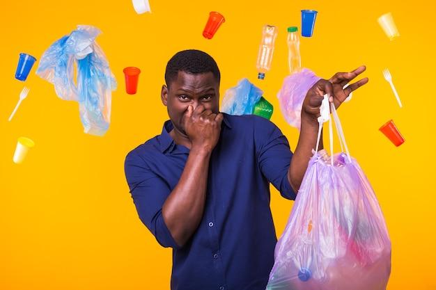 Poluição ambiental, problema de reciclagem de plástico e conceito de eliminação de resíduos - africano irritado