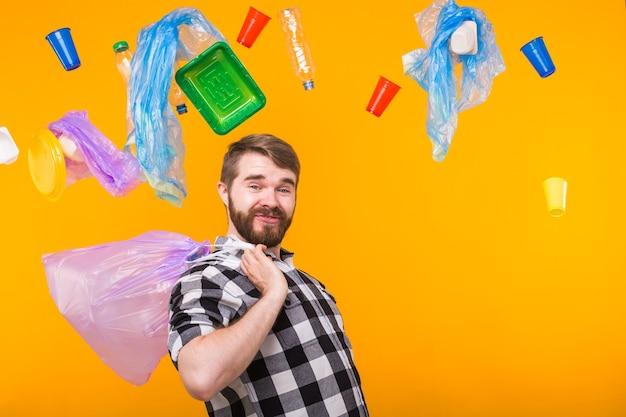 Poluição ambiental, problema de reciclagem de plástico e conceito de eliminação de resíduos - homem engraçado segurando