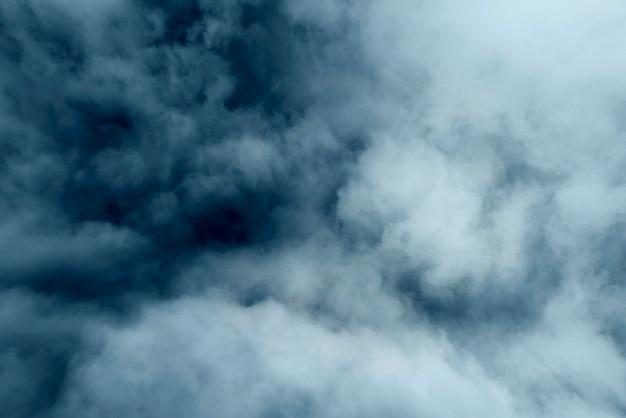Poluição atmosférica azul e cinza, vapor ou neblina como textura, fundo nebuloso