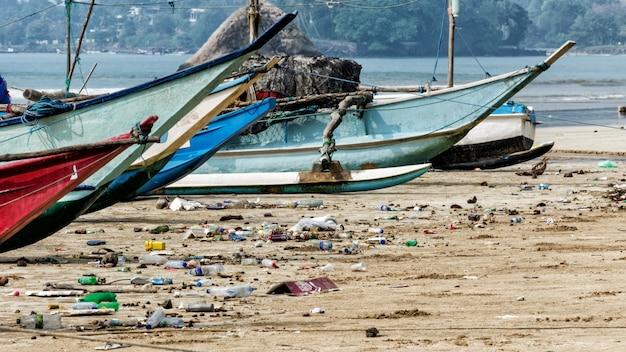 Poluição da água com lixo plástico
