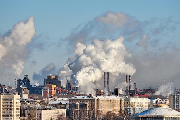 Poluição da atmosfera pela fábrica. gases de escape. desastre ambiental. ambiente pobre na cidade. fumaça e poluição. emissões prejudiciais ao meio ambiente