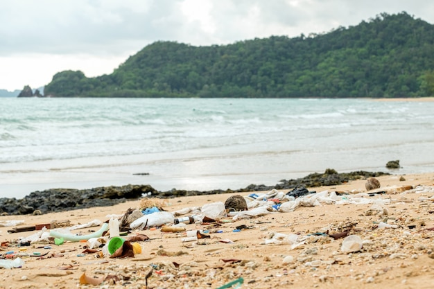 Poluição da praia. garrafas de plástico e outro lixo na praia