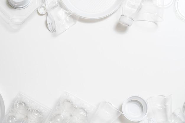 Poluição da terra. problema de ecologia. lixo de plástico disposto em fundo branco