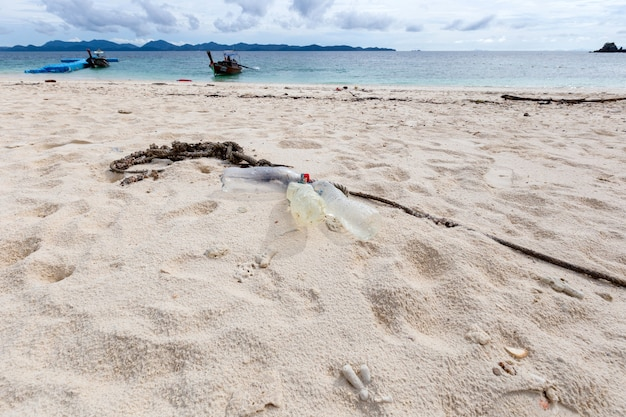 Poluição de garrafas de água de plástico na praia, phuket, tailândia