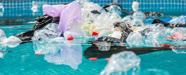 Poluição de lixo plástico em ambiente oceânico.