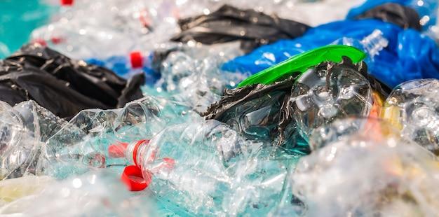 Poluição de lixo plástico no ambiente aquático.