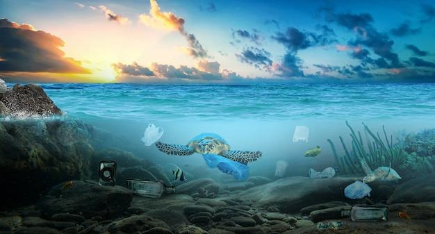 Poluição de plástico no oceano problema ambiental mar de lixo