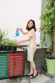Poluição de resíduos de plástico, garrafas de plástico, canudos para reciclagem