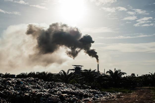 Poluição do ar e pilhas de lixo, tom vintage