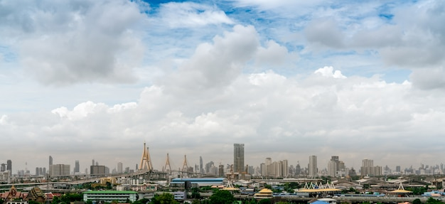Poluição do ar em bangkok, tailândia. conceito de pm 2.5. má qualidade do ar cheia de poeira pm 2.5. mau tempo sobre o edifício comercial de arranha-céus. cityscape edifício moderno e ponte.