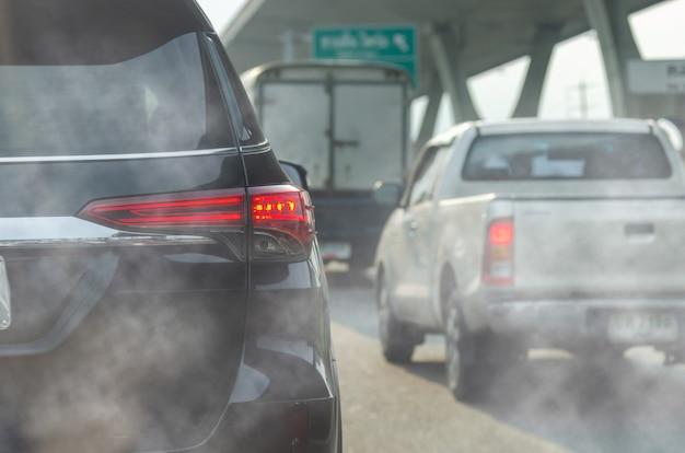 Poluição do escapamento de veículos na cidade