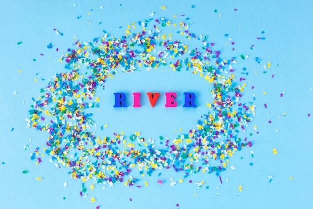 Poluição do rio global. microplástico em água e comida.