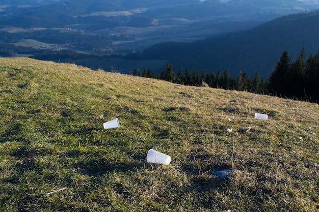 Poluição natural, lixo e plástico nas montanhas
