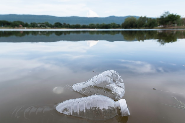 Poluição plástica das garrafas de água no rio. lixo de plástico na água. poluição ambiental .