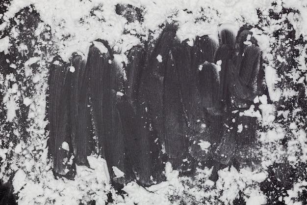Polvilhe a farinha de trigo com espaço da cópia para o texto no fundo de madeira preto escuro